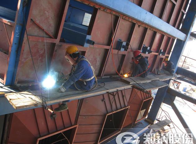 郑锅安装工人在巴林左旗130吨循环流化床锅炉焊接现场.jpg